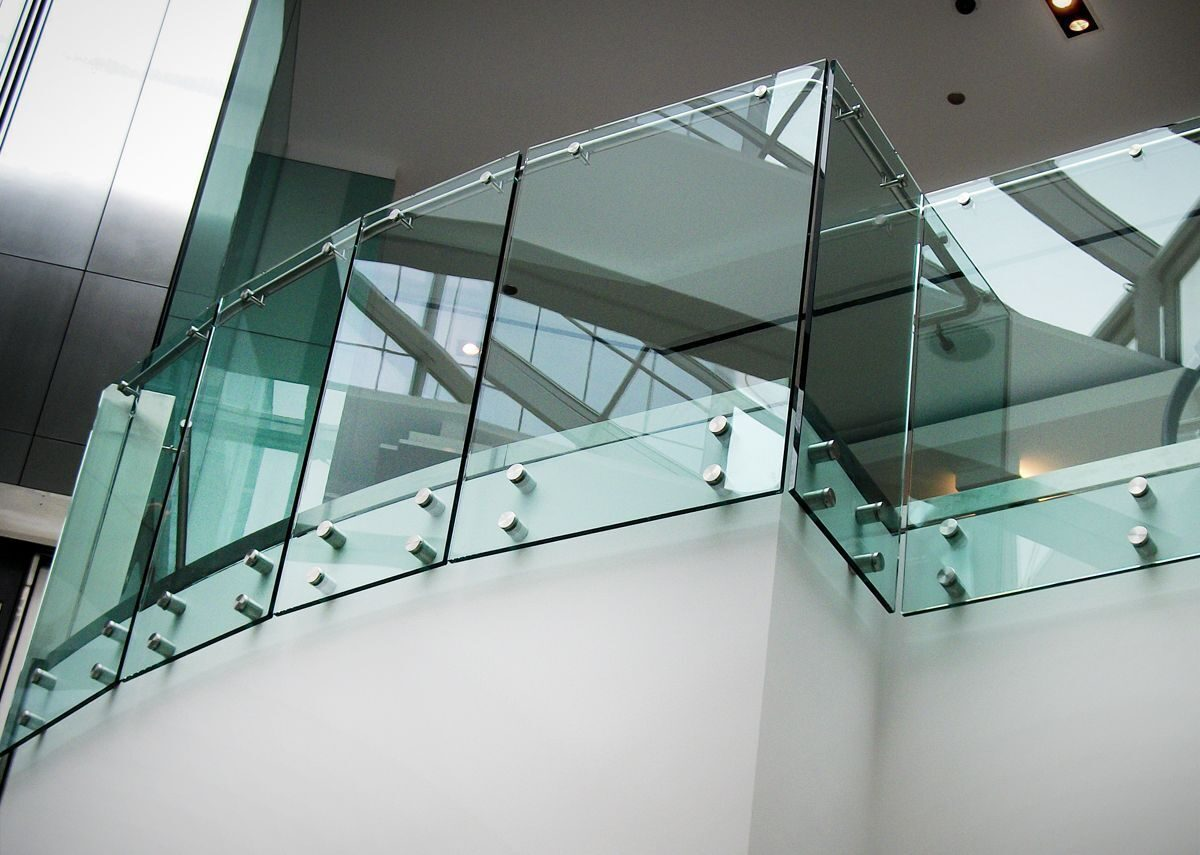 hdi-railing-systems-optik-guardrail-with-clear-glass-shopping-mall-chicago-illinois