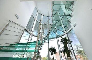 sevilla-vetro-freitragende-wendeltreppe-glasstufen